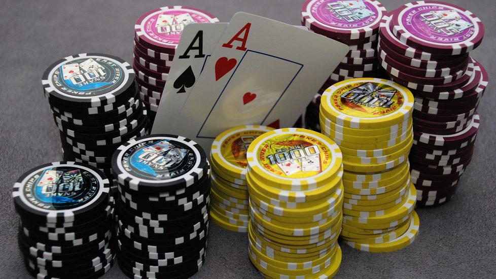 Чек в покере, анализ действий.фишки с тузами.