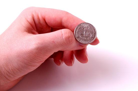 Коинфлип в покере рука с монеткой.